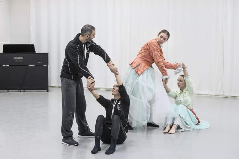 Dansarna från kompaniet demonstrerar en gest och projektdeltagarna försöker efterlikna den.
