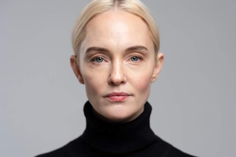 En porträtt av Sofia Pekkari mot en grå fond.